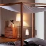 Himmelbett aus Holz mit Betthimmel